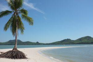 Der absolute Traumstrand auf Ko Yao Yai. Eine Sandzunge führt von der Insel ewig weit ins Meer. Die meiste Zeit über waren wir die einzigen am Strand.